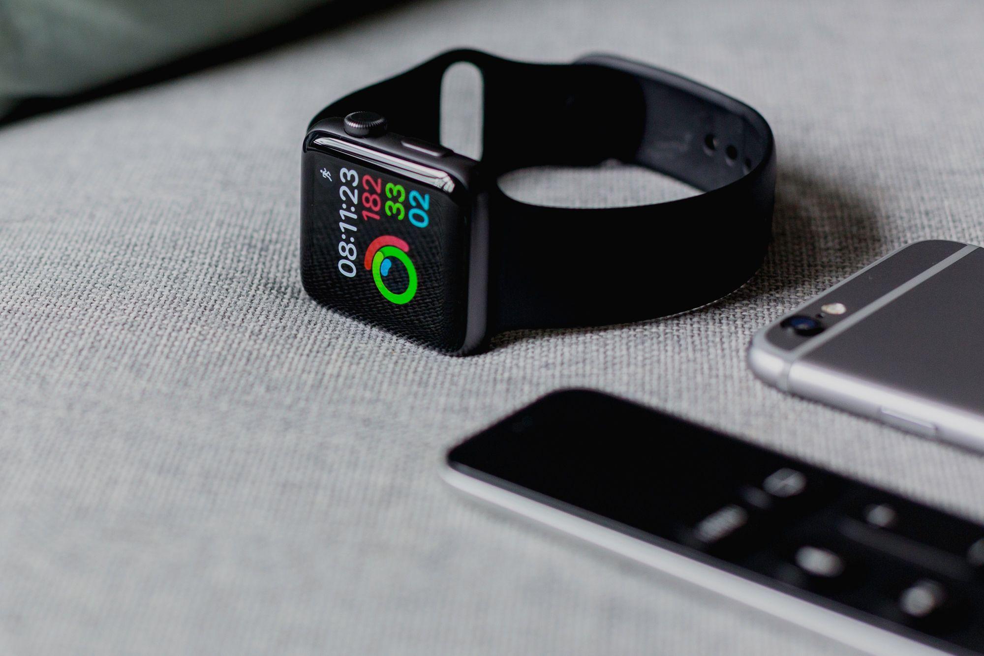 Apple Watch com ecrã de atividade.