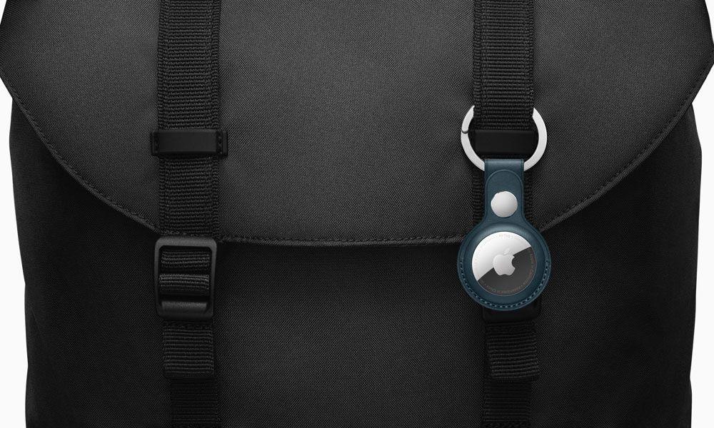 AirTag com acessório azul numa mochila