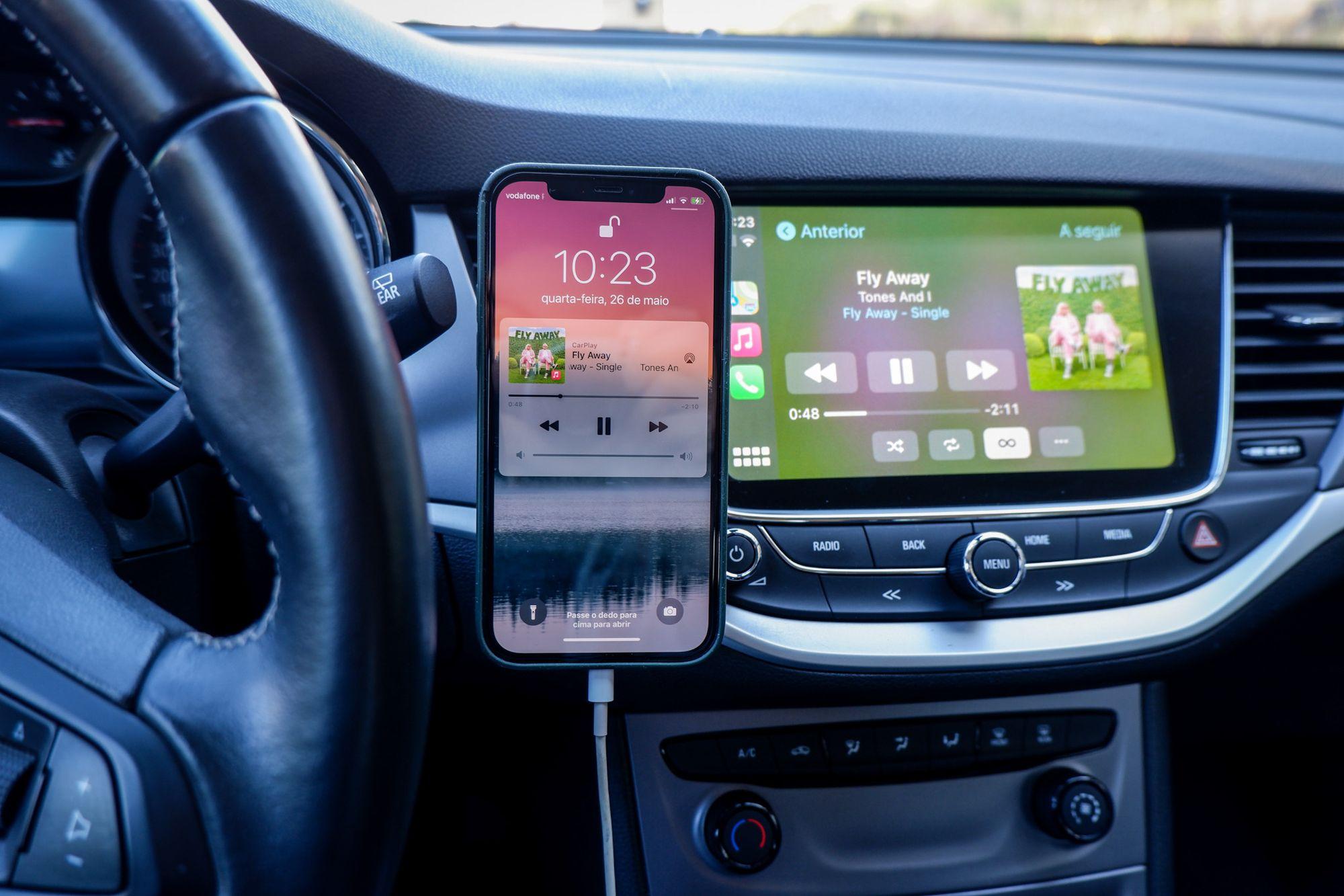 iPhone no Belkin Car Vent Mount com MagSafe ligado por cabo para CarPlay