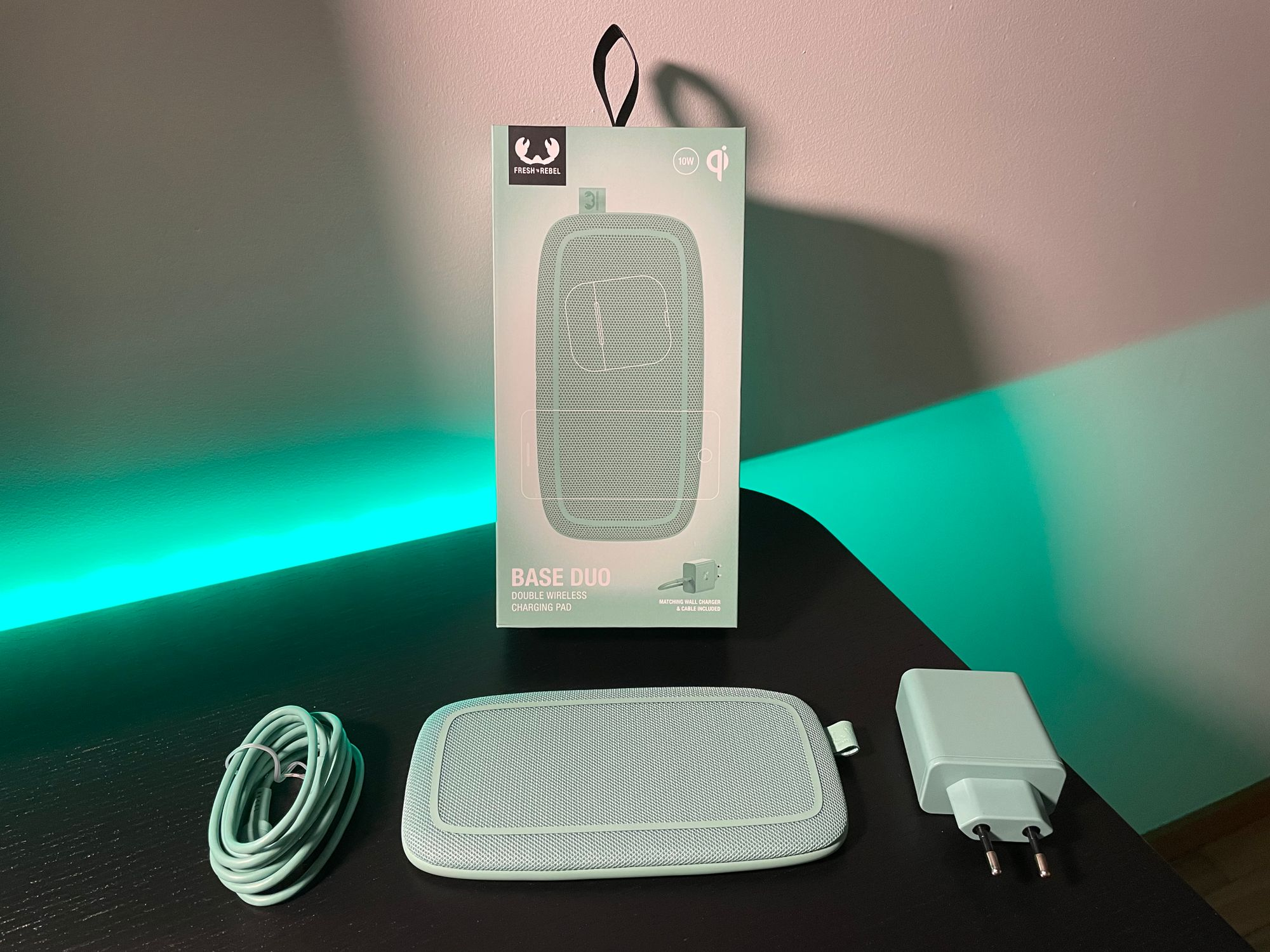 Cabo e adaptador USB-C 30W incluídos na caixa da Base Duo